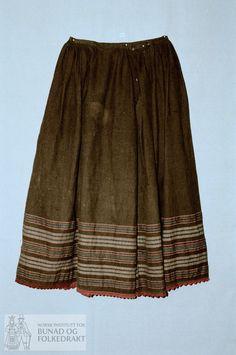 Understakk av brun bomull, toskaft, med striper i ullgarn i rødt, ubleket og grønt. Skonert nederst i samme stoff, 8cm bredt. Påsatt strikket blonde nederst i rødt ullgarn. Splitt i venstre side festet med hekte. 13cm glatt stykke framme, ellers rynket til smal linning. Folk Costume, Costumes, Line S, Tie Dye Skirt, American Girl, Silk, Skirts, Cotton, Clothes