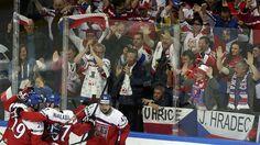 Čeští hokejisté se radují z první branky proti Finsku. Vstřelil ji Jan Kovář (vpravo).