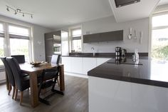 Greeploze hoogglans NDR Keuken met bovenkastjes. Kitchen, Table, Furniture, Home Decor, Cooking, Decoration Home, Room Decor, Kitchens, Tables
