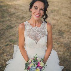 Descubre a la novia de la sonrisa eterna🔹[Link en bio] 📸 @linaardila #disoñandobodas #disoñando #bodasdeensueño #novia #feliz #felicidad #sonrisa #wedding #novios #boda #flower #bride #happy #style #estilo #loveit #tendencia #weddingphoto #dress #ramonovia #love