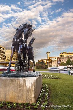 Escultura ecuestre fotografiada al amanecer reflejando el ajetreo diario de la ciudad de Albacete, España. - Equestrian sculpture photographed at sunrise reflecting the daily grind of the city of Albacete, Spain.