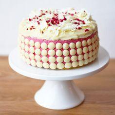 Lagkage med hindbær-marshmallow-mousse og hvid chokoladeganache