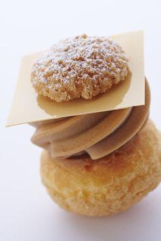Saint-Honoré : Pâte à chou, crème au rhum, caramel, chocolat, chantilly