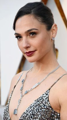 Gal Gadot wears a Tiffany aquamarine necklace to the 2018 Oscars Celebrity Jewelry, Celebrity Style, Nathalie Portman, Gal Gabot, Gal Gadot Wonder Woman, Aquamarine Necklace, Necklace Price, Celebrity Red Carpet, Celebs