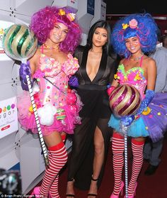 Kylie Jenner copies Kim in plunging black gown at Miami store opening The reality star has previously said that sister Kim Kardashian is her style icon. Candy Costumes, Diy Costumes, Halloween Costumes, Clown Costumes, Candy Girls, Kylie Jenner, Costume Bonbon, Miami Store, Hippie Stil