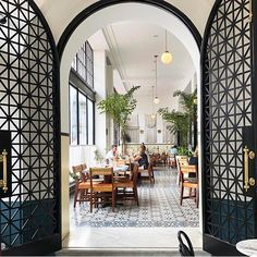 American Trade Hotel in Panamá City . Best Vacation Spots, Best Vacations, Restaurant Door, Panama City Panama, Travel Gifts, Travel Agency, Oversized Mirror, Real Estate, The Incredibles