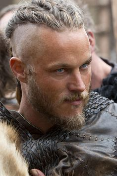 Ragnar Lothbrok is portrayed by Travis Fimmel in the TV series Vikings, and one of the traits of the character Ragnar Lothbrok is his hair and haircut. Ragnar Lothbrok has long hair cut in an undercut Vikings Travis Fimmel, Travis Fimmel Vikingos, Ragnar Vikings, Travis Vikings, Lagertha, Vikings Tv Series, Vikings Tv Show, Watch Vikings, Vikings 2016