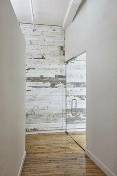 paredes de madera y la entrada de casa.
