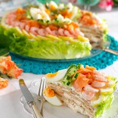 sandwich cake with smoked salmon Swedish Dishes, Swedish Recipes, Cocoa Recipes, Snack Recipes, Cold Sandwiches, Scandinavian Food, Sandwich Cake, Food Inspiration, Good Food