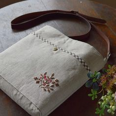 Simple is the best! Shoulder bag of linen fabric. . あまりいろんな色を使わずに リネン地の素朴さを生かすように シンプルに。 シンプルに。 #バッグ #刺繍 #handmade #shoulderbag #embroidery