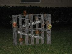 gothic ghastly gory halloween decorating ideas 22 halloween pallet projects