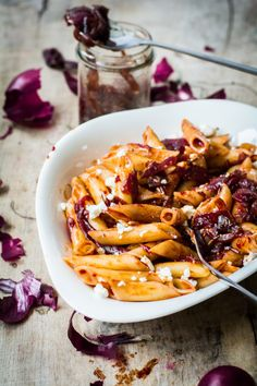 Pasta Cipolla Rossa: Nudeln mit pikanter Zwiebelmarmelade und Ziegenfrischkäse