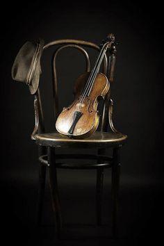Geige - Violine / Violin + Musik Instrumenten / Musical Instruments + Stuhl / Chair