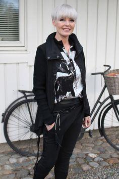 Herlig kvalitetsmiks og tøffe detaljer har denne jakken og buksen fra Nü by Staff 1000,- 900,- Skjorte fra Karen by Simonsen 1100,- ...