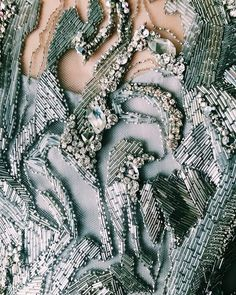 252 отметок «Нравится», 4 комментариев — Jenny Packham (@jennypackham) в Instagram: «The finishing touches are being made to the AW18 Collection in the studio, next stop New York! XJP…»