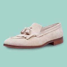 Zapatos hechos a medida y con una piel de alta calidad, como este mocasín de señora perfecto para vestir. Encuéntralo en nuestra tienda de Santanyí y en nuestra página web. #mocasin #fashion #luxury #handmadeshoes #mallorca #shoelove #womanstyle #womanshoes #moccasin #blue #royal #instafashion #shoemaker #tailored #schuhe #schuhemallorca #schuhenachmass #frauschuhe #Bummler #Mokassin #blau #Lackleder