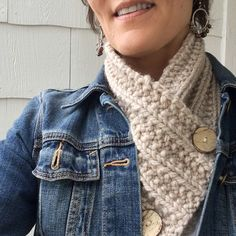 This is the Paddington Neck Warmer by designer Roxanne Wood, that I found as a free knitting pattern on Ravelry.com. It was super easy and quick to make. One of those in-front-of-the-TV projects th…