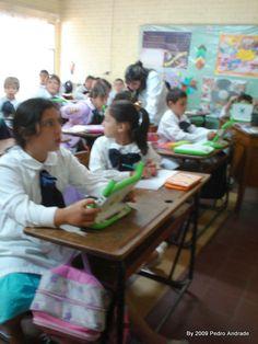 Alunos em classe de uma escola rural do Uruguai utilizando o laptop XO (OLPC) || Foto Pedro Andrade, 2009