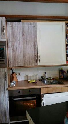 Keukenkastjes beplakken met stijgerhoutenfolie van de Action. Heel ...