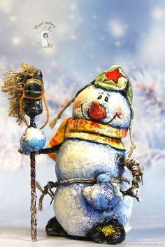 Коллекционные куклы ручной работы. Ярмарка Мастеров - ручная работа. Купить Снеговик с лошадкой под елочку сувенир. Handmade. Christmas Toys, Christmas And New Year, Christmas Decorations, Xmas, Christmas Ornaments, Holiday Decor, Paper Clay, Art For Kids, Snowman