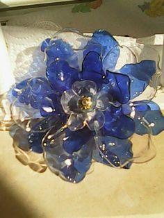 Flor hecha con botellas de plástico