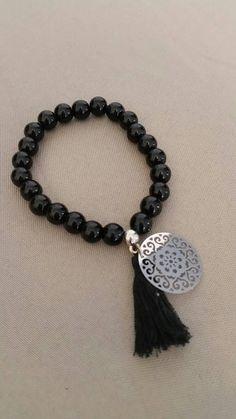 Retrouvez cet article dans ma boutique Etsy https://www.etsy.com/fr/listing/602279011/bracelet-en-perles-noires-pompon