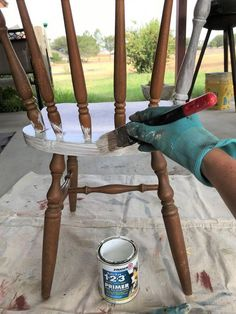 Painted chairs diy - How to Paint Chairs the Easiest Way Painted Wood Chairs, Chalk Paint Chairs, Painted Kitchen Tables, Painting Wooden Furniture, Refurbished Furniture, Repurposed Furniture, Furniture Makeover, Painting On Wood, Diy Painting