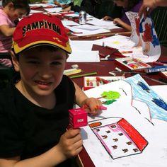 Çocuklar çevre için resim çiziyor.