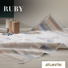 Işıltılı desenleri ve eşyalarınıza uyum sağlayan renkleriyle Ruby evinizi yenilemek için hazır. www.atlantikhali.com