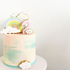 Cute clouds and pastel rainbow! ☁️ Thank you @hellonaomicakes for the recommendation #hellonaomiinspired
