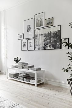 Such a beautiful living room! All in neutral, black and white colors. Credit: planete-deco.fr #whitehomedecor #whitewalls #whitelivingroom #whitefloor