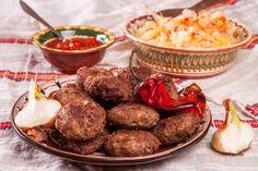Кюфтета! Стане ли дума за кюфтета думите са излишни! Кюфтетата спадат към най-обичаните, най-често приготвяните и най-универсалните ястия в българската национална кухня. Сервирани с подходящата гарнитура кюфтетата могат да бъдат сервирани за обяд или вечеря, а ако сложите кюфтета в хлебче може да си го хапнете дори и за закуска. Кюфтетата присъстват в различни варианти в българската национална кухня…