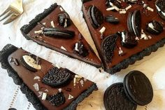 La torta fredda agli oreo e ganache al cioccolato è croccante, cremosa e davvero ricca. Ideale per gli amanti del cioccolato. Ecco la ricetta