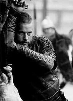 Travis Fimmel in Vikings. Lagertha, Ragnar Lothbrok Vikings, Ragnar Lothbrook, Vikings Show, Vikings Tv Series, Charlie Hunnam, Alex Andersen, Vikings Travis Fimmel, Viking Quotes