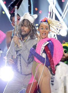 Miley Cyrus Takes Selfies Of Herself Peeing & Sends Them To Wayne Coyne —WTF?