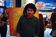 Imagem de https://uproxx.files.wordpress.com/2013/10/cosplay-lionel-richie-album-cover-costume.jpg?w=650.