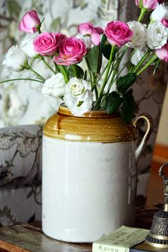 Did you ever try using a #picklejar as flower #vase? Look how easy decor it can become. via thekeybunch team