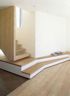 Escalier en 2 parties - il semble suspendu d'un côté, et se prolonge en banc de l'autre. Design et original. #stairs