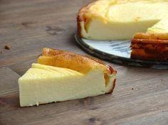 Tarta de mascarpone y yogurt( le puse unp poco dephiladelphia y yogur griego) base de galletas y acompañada de mermelada
