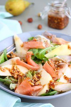 Salade met peer, serranoham en hazelnootdressing - Francesca Kookt - Healty fitness home cleaning Bbq Salads, Easy Salads, Easy Meals, Healthy Salads, Tapas, Healthy Cooking, Healthy Eating, Healthy Food, Vegetarian Recipes