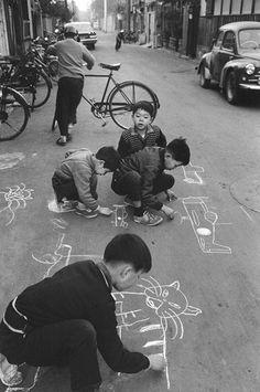 写真家が捉えた昭和のこども | 過去の展覧会 | 八王子市夢美術館: Children drawing on the Taito road, Tokyo, 1961 by Takeyoshi Tanuma