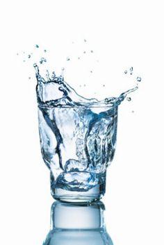 """10 alimentos clave después del ejercicio:             1. AGUA. El alimento fundamental para consumir antes, durante y sobre todo después del ejercicio físico es el agua. Para evitar fatiga y conseguir una mayor resistencia en los ejercicios aeróbicos el experto en nutrición recomienda consumir """"500 ml. de agua (dos vasos) entre media hora y una hora antes del ejercicio. Durante la actividad aeróbica bebe cada 15 minutos. Y una vez terminada tu sesión, consume todo el agua que el cuerpo te…"""