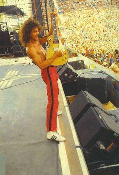 Eddie Van Halen playing what looks like a lemon burst GIBSON Les Paul Eddie Van Halen, Alex Van Halen, Music Pics, Music Images, Music Stuff, 80s Music, Bryan Jones, Rock N Roll, Famous Guitars