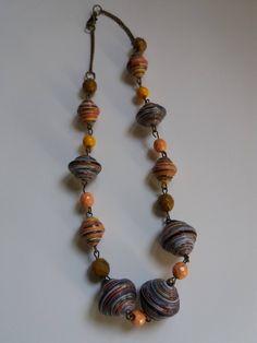 Collana a catenina in stile boho con perle di carta multicolori e perline di vetro di Caiapaperjewels su Etsy