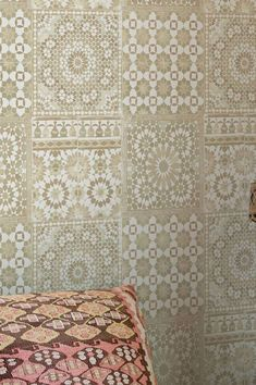 Sand, earth, camels – the natural colour combination of beige, cream-white, grey-beige and sepia-brown puts this geometric pattern into a soft ligh. Geometric Wallpaper, Vinyl Wallpaper, Pattern Wallpaper, Grey And Beige, Wall Treatments, Delicate, Interior Design, Wallpaper Patterns, Wall Papers