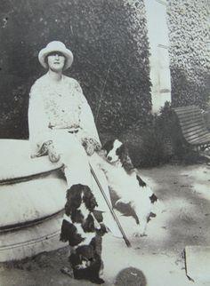 Elizabeta of Romania with her dogs Lady Elizabeth, Princess Elizabeth, Emperor Of India, Queen Mother, Descendants, Edinburgh, Royalty, Queens, Denmark