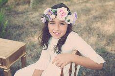 Comuniones vintage -  Una niña muy dulce con corona de flores en el campo. - #comuniones #ideas #vestidos #niña #comunión #flores #abanico #dorado #vintage #romántico #enaguas #peinado #corona