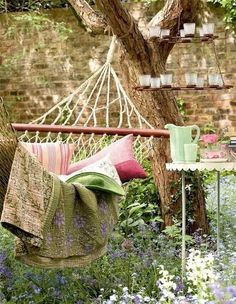 Who has not dreamed of having a nice outdoor hammock in which to spend hours of siesta or reading? Beautiful outdoor hammock ideas for your garden. Garden Hammock, Outdoor Hammock, Hammocks, Hammock Ideas, Hammock Beach, Hammock Swing, Balcony Garden, Garden Pots, Outdoor Spaces