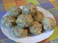 Horácké knedlíky-500 g syrových oloupaných brambor, 150 g hrubé mouky, 5 rohlíků (ne čerstvých), 2 vejce, 50 ml mléka, sůl, zelená petrželka nebo pažitka  Postup  Brambory najemno nastrouháme a necháme chvíli odstát. Rohlíky nakrájíme na drobné kostičky. Vejce s mlékem rozšleháme, osolíme a vmícháme mouku. Z brambor slijeme puštěnou tekutinu a zamícháme do nich vejce s mlékem a moukou. Pak přimícháme rohlíky a posekané bylinky. Z hmoty tvoříme mokrýma rukama kulaté knedlíky. Uvaříme je v…