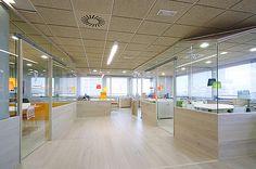 Gostei das salas com vidro, que isolam o som para as pessoas se focarem na reunião e permite que escreva nas paredes de vidro. 22 Gorgeous Startup Offices You Wish You Worked In
